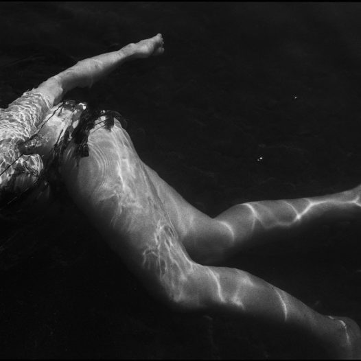 Woman swimming with her child Femme nageant avec son enfant